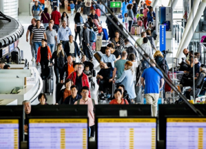 Mensen op een luchthaven